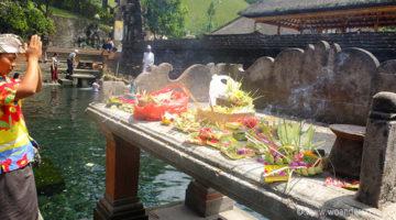 Hindu Tempel, heiliges Wasser und saftig grüne Reisterrassen