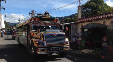 Nachtbus, Minivan & ein Chicken Bus zum Atitlán See